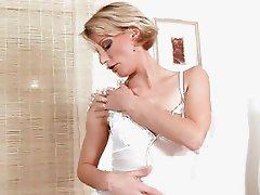 Sensual Anilos Daniela treats her milf pussy
