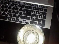Sperma ins Glas spritzen...