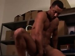 Masturbating muscle hunk tries different toys