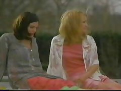Liv Tyler & Kate Hudson kissing L7