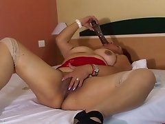 Romina spreads her legs for an alluring masturbation