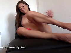 Moaning solo stunner touching herself