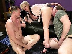 Slutty bombshell blonde MILF Dee Williams in a fetish MMF threesome