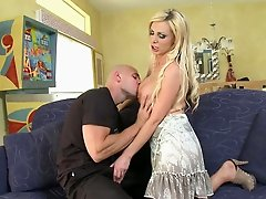 Ugly blonde bitch Nikki Benz gives a professional blowjob